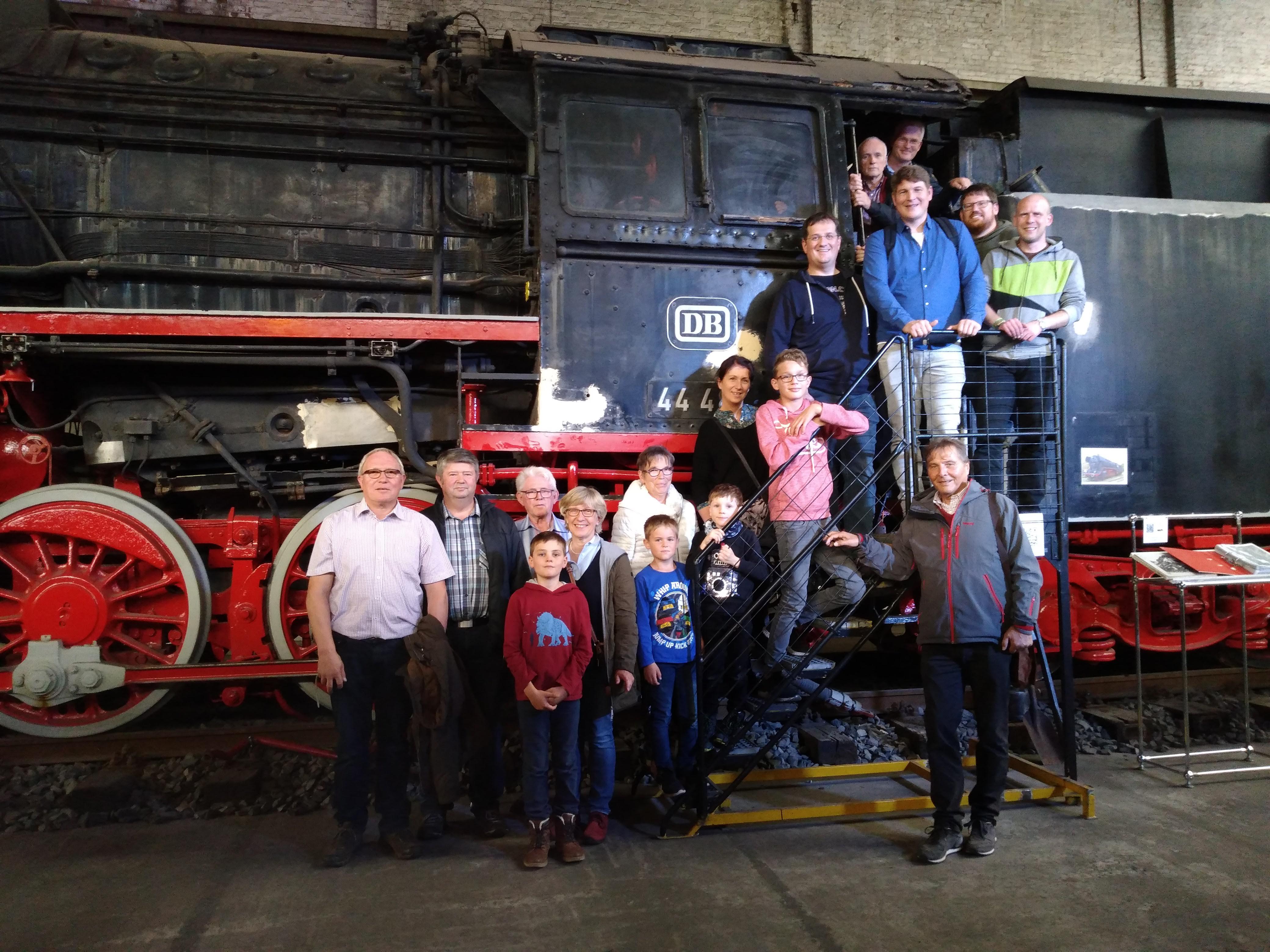 Mitglieder und Freunde der CDU-Ortsunion Eissen vor einer Lokomotive im Technikmuseum Kassel